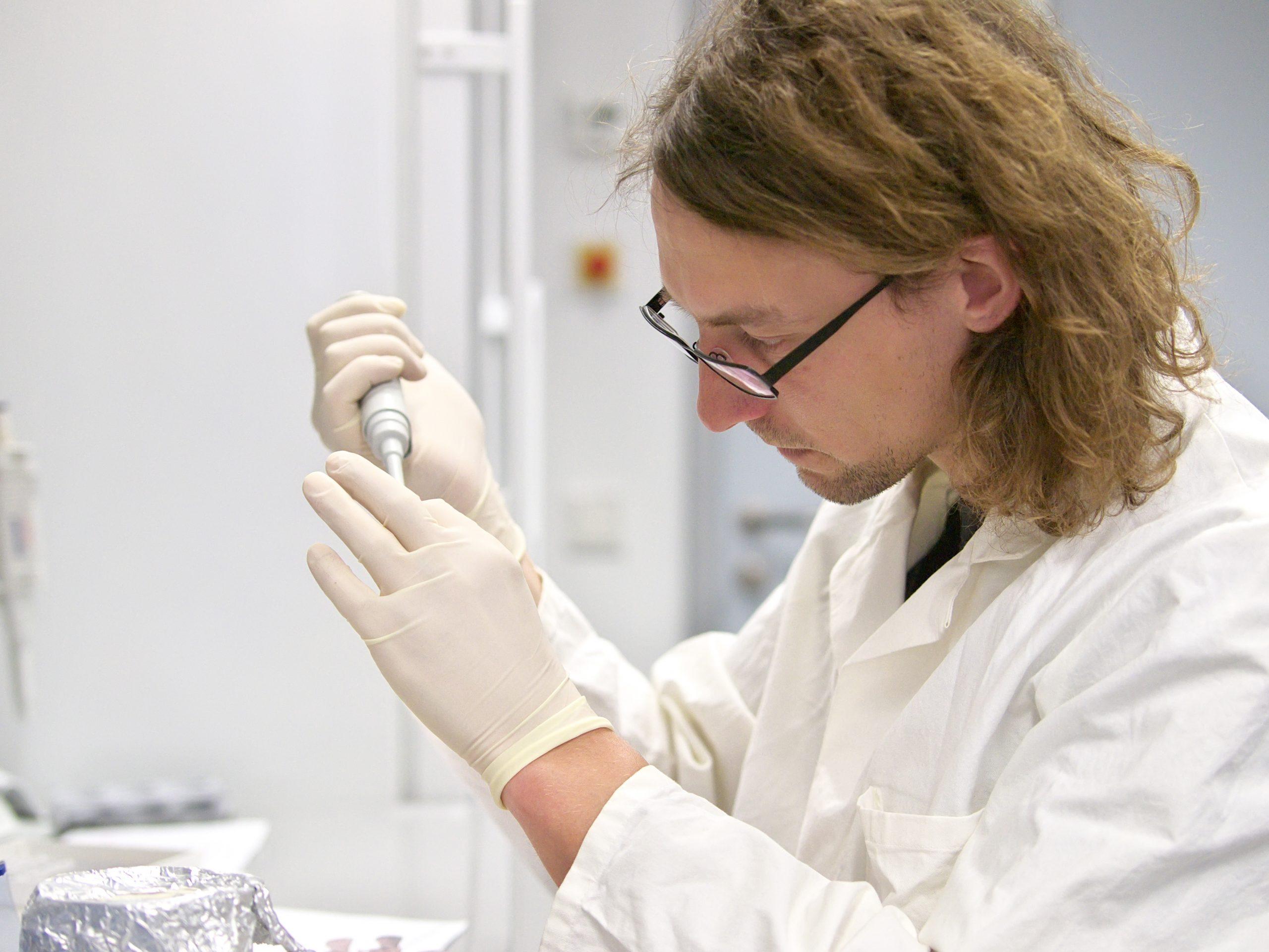 Ein Forscher arbeitet im Labor