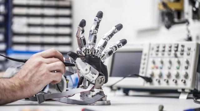 Die Wartung einer Roboterhand in der Werkstatt der Neurobiologie des DPZ. Foto: Thomas Steuer
