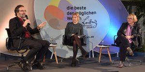 """Die Diskussionsrunde bei """"Leibniz debattiert"""" (v.l.): Prof. Stefan Treue, Kathrin Zinkant und Theresia Bauer. Foto: Peter Himsel/Leibniz-Gemeinschaft"""
