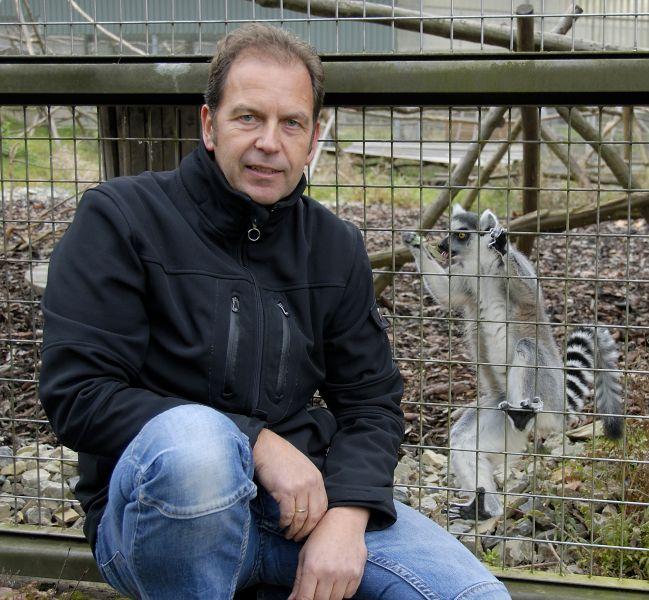 Uwe Schönmann vor einem Kattagehege