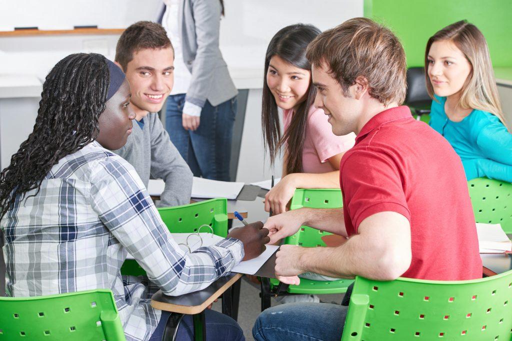 Schulklasse in Gruppenarbeit