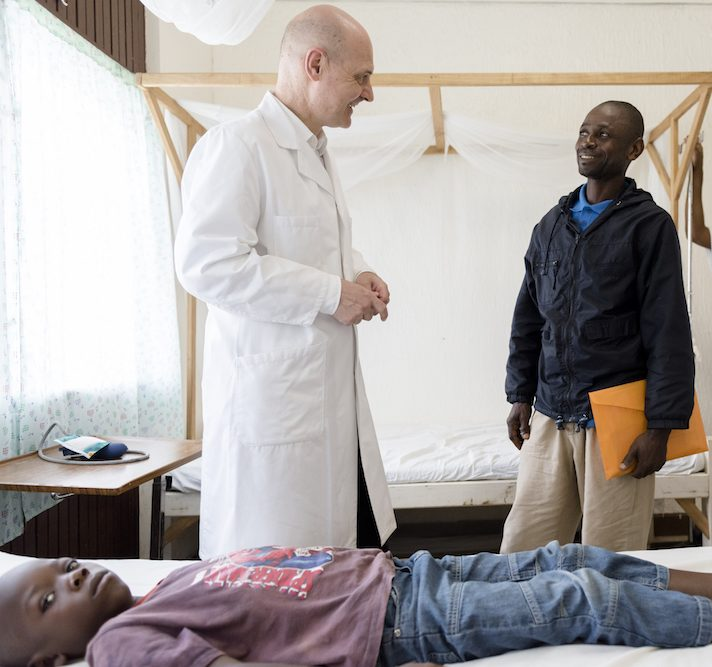 Prof. Peter G. Kremsner behandelt Malaria-Patient