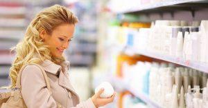 Frau in der Apotheke