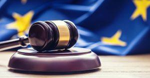 EU-Flagge und Richterhammer